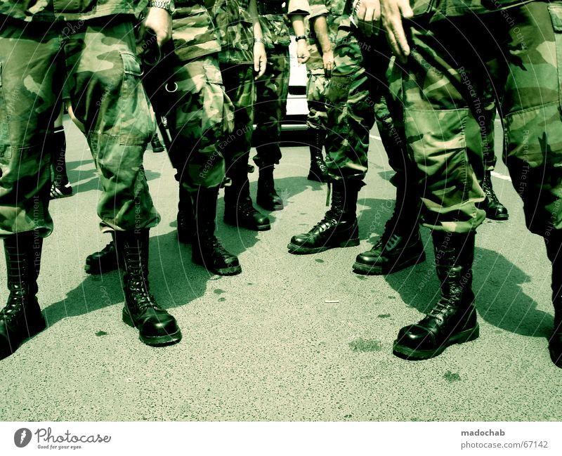 Militär Armee Tarnanzug Krieg Kampf Stiefel Veranstaltung Mensch Homosexualität Mann Erwachsene Beine Fuß Schuhe Frieden 2006 Tarnung Springerstiefel