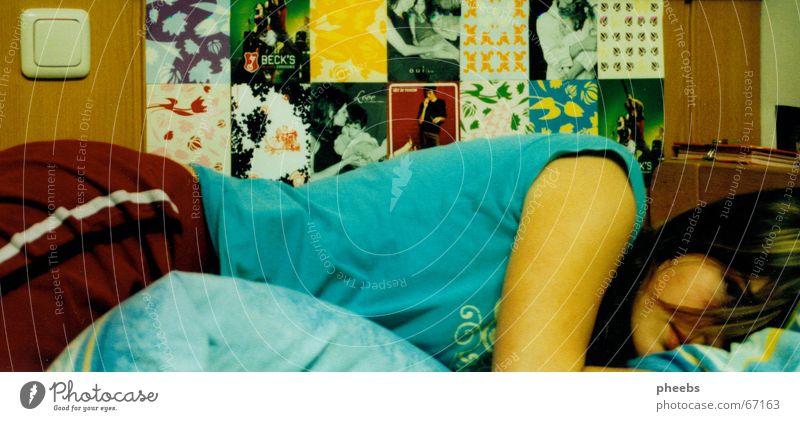 sehnsucht Frau Wand Haare & Frisuren Bett Gedanke Decke Liebeskummer Bettwäsche Holzwand Schalter Tagebuch Schlafanzug Lichtschalter