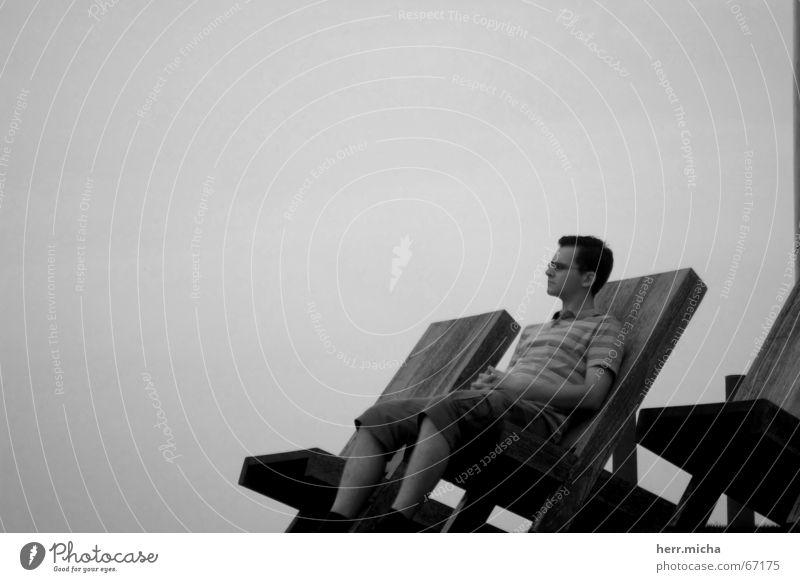 Facing the Future Holz schwarz weiß Stuhl Erwartung Zukunft Problematik Erholung Mann sitzen Flüssigkeit