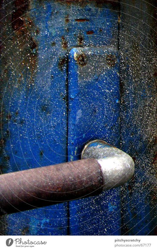 Klinke Griff rau Schraube alt Türknauf Anstrich Tor Rost Türflügel Detailaufnahme blau Metall metallbeschichtung