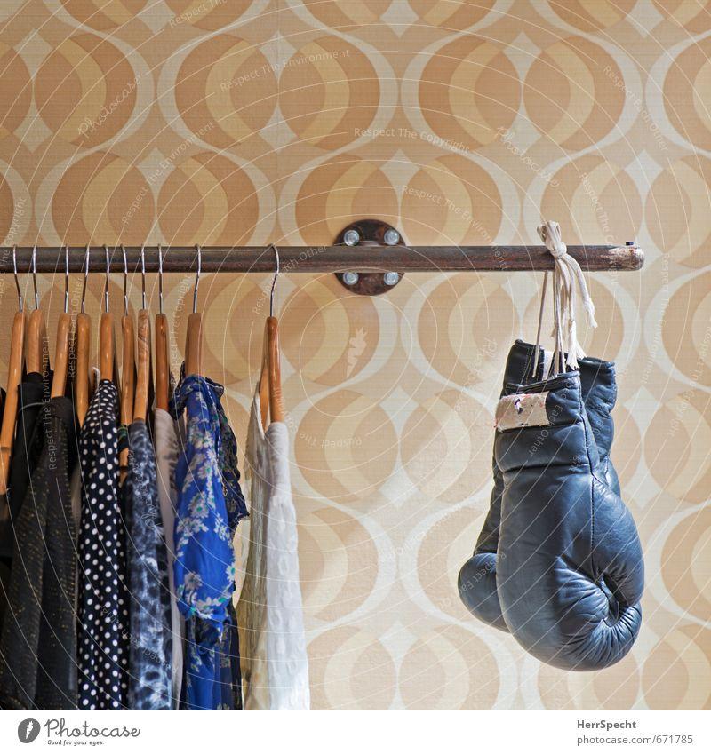 Frauenkampftag? schön feminin Sport Stil Mode Wohnung Raum Häusliches Leben Lifestyle Design Bekleidung kaufen T-Shirt Kleid Stoff Jacke