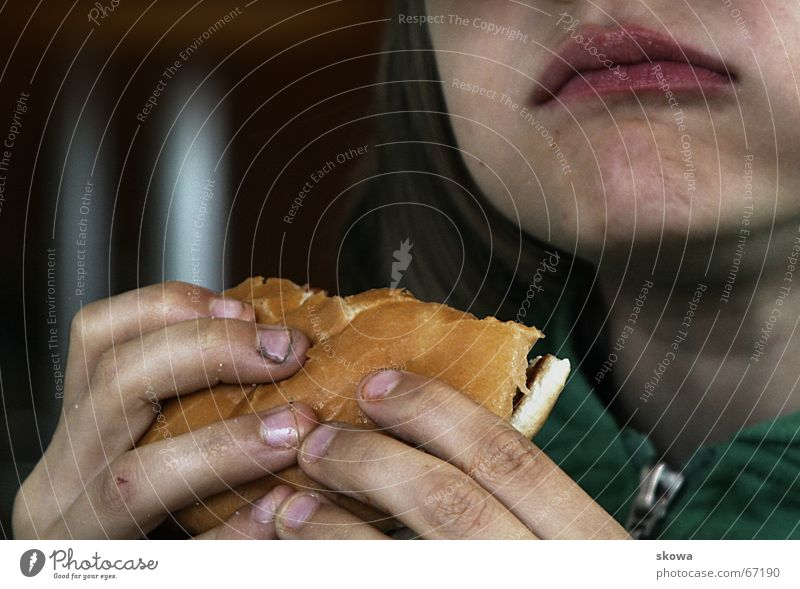 lecker Hamburger Hand dreckig Fingernagel Brötchen Appetit & Hunger festhalten Fett schmierig Fastfood Kind Mund Ernährung appetit Essen