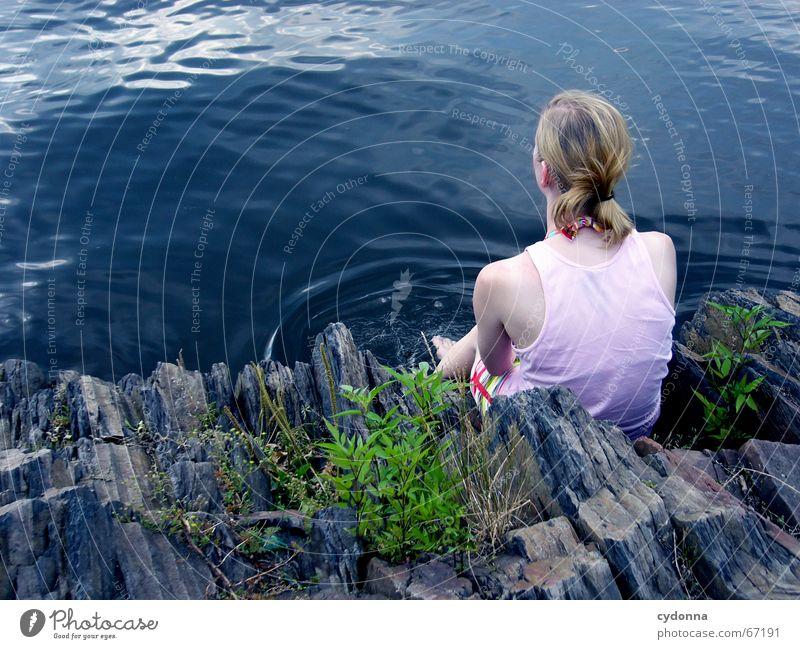 nachdenken Frau Mensch Natur Jugendliche Wasser blau Sommer Ferien & Urlaub & Reisen Einsamkeit Ferne Gefühle See Denken Felsen Ausflug sitzen