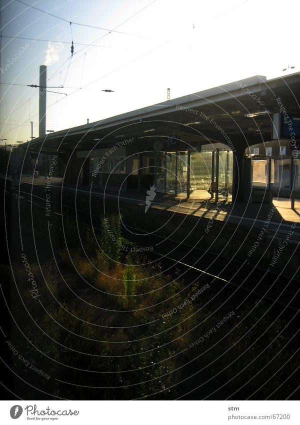 roadmovie 02 Eisenbahn Gleise Licht Sonnenstrahlen Ferien & Urlaub & Reisen Bahnhof warten Morgen Wege & Pfade Industriefotografie Schornstein Schatten