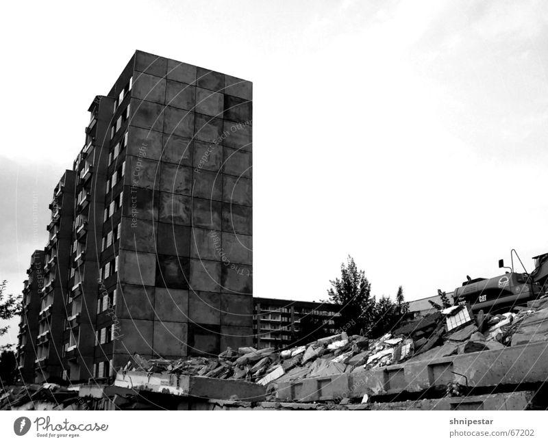 Schaaatz, es zieht von hinten! Plattenbau Demontage Ghetto Leipzig Grünau Fußgängerzone Ruine Sommer gruselig trist Osten 2006 elfgeschosser Schwarzweißfoto