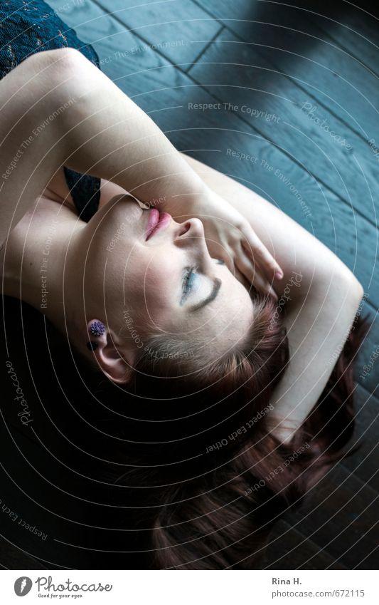Träume Mensch Jugendliche schön Erholung Junge Frau 18-30 Jahre Erotik Erwachsene träumen liegen Lächeln brünett langhaarig rothaarig Holzfußboden