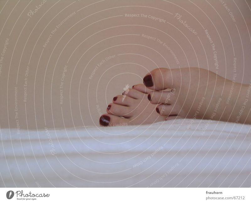 schlaffuß Erholung Fuß Wohnung weich schlafen Bett Decke Geborgenheit Kosmetik Nagellack Pediküre