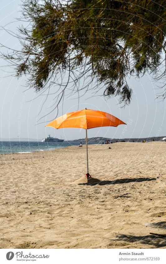 Einsamer Sonnenschirm Natur Ferien & Urlaub & Reisen Sommer Meer Einsamkeit Strand Umwelt Stimmung Freizeit & Hobby orange trist Tourismus Europa Schönes Wetter