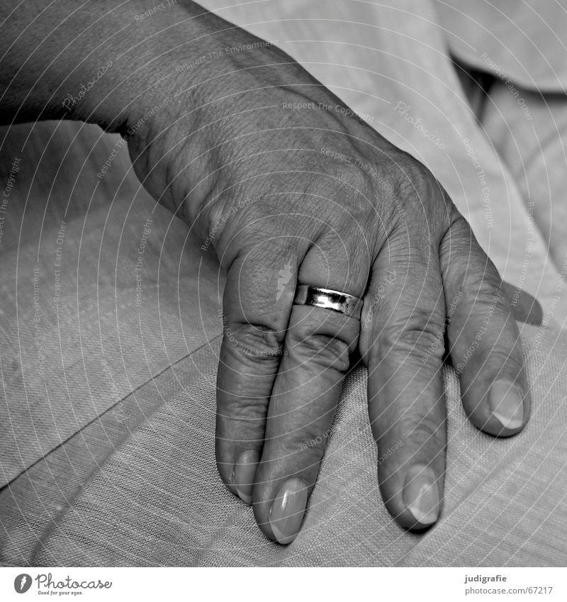 Ruhende Hand Frau ruhig Senior Finger Kreis Fingernagel Charakter Ehering verheiratet gezeichnet Weiblicher Senior