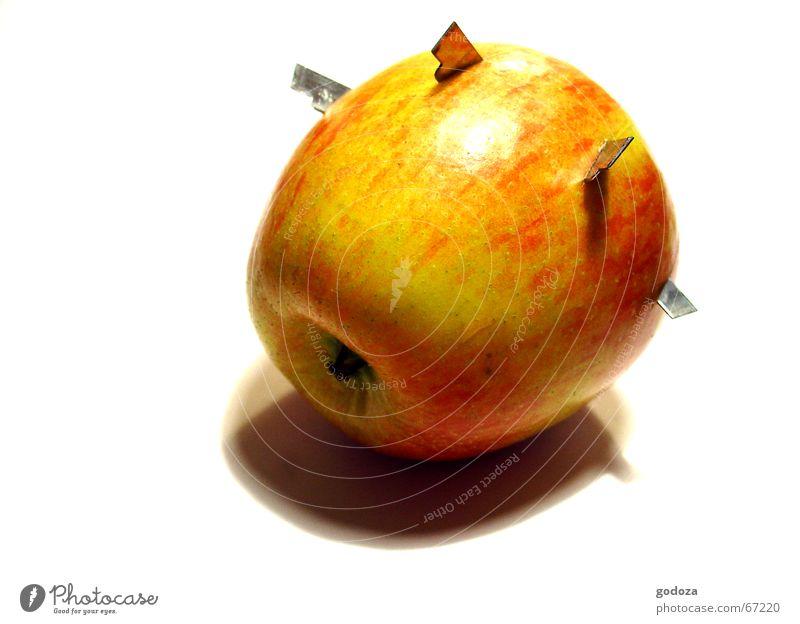 Aua_Apfel Natur Ernährung Metall Umwelt Frucht Apfel Freisteller Schmerz obskur Stillleben Wachsamkeit skurril bizarr Mahlzeit Tomate Waffe