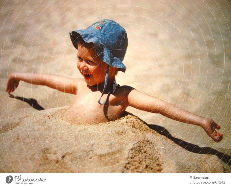 der Sommer ist da Kind Freude Strand Ferien & Urlaub & Reisen Erholung Spielen lachen Sand Küste Fröhlichkeit Reisefotografie Lebensfreude Hut niedlich Humor