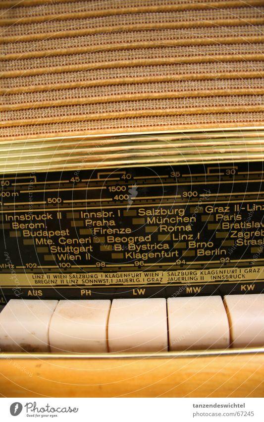 kellerfundstück. alt Musik Information Tastatur berühren Radio Fünfziger Jahre mono Mittelwelle Athene Kurzwelle Langwelle