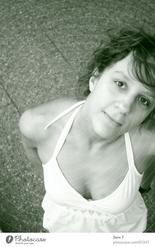 She darts a look at me Froschperspektive Porträt Kleid Frau curly Blick lachen Bodenbelag Fliesen u. Kacheln Schwarzweißfoto