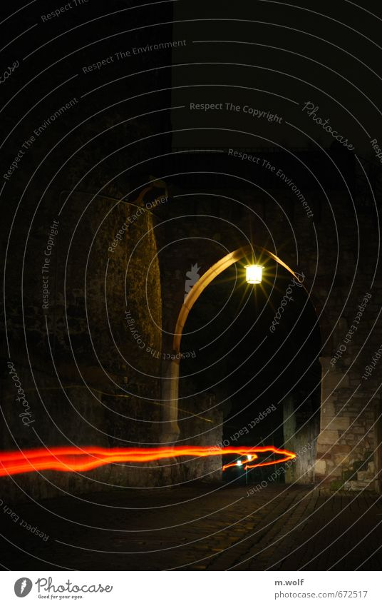 Altstadtnacht Stadt rot schwarz Wand Straße Bewegung Wege & Pfade Mauer Lampe PKW Geschwindigkeit Turm fahren Bundesadler Verkehrswege Tor