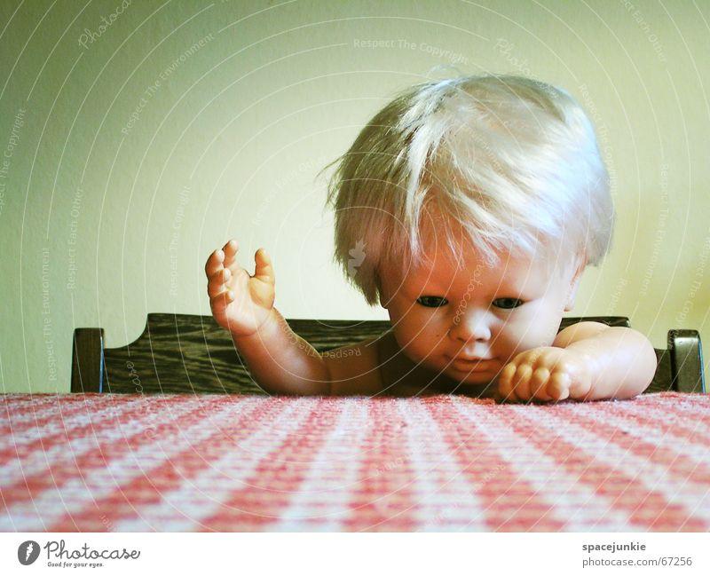 Püppchen (1) Tisch kariert rot weiß Hand Spielzeug Kleinkind blond niedlich süß Puppe Arme Stuhl Stuhllehne Kindheit Tischkante Tischplatte Tischwäsche