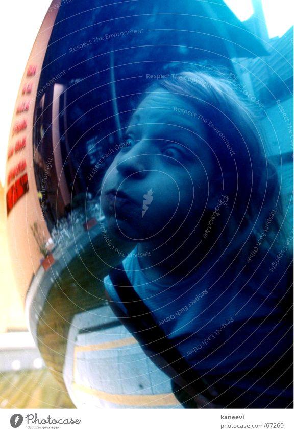 verena exploding Wange rund blau Reflexion & Spiegelung Kugel Blase Gesicht Schock