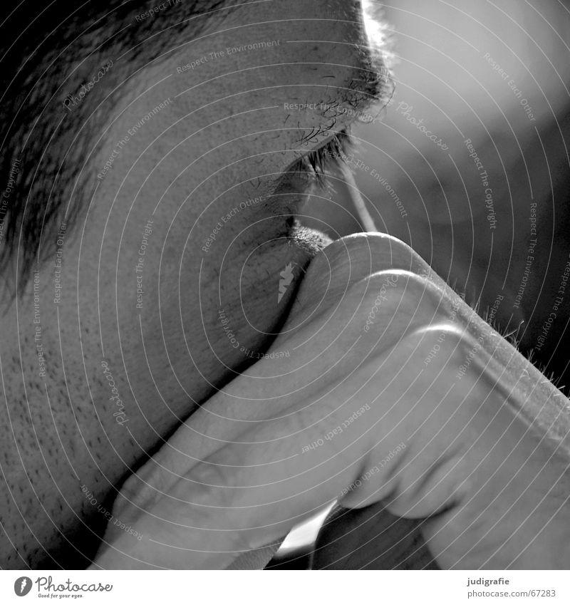 Gedankenversunken Mann Hand Finger Bart unrasiert Wimpern Augenbraue Denken Philosoph Wachsamkeit skeptisch Anlegestelle Konzentration Schwarzweißfoto Gesicht