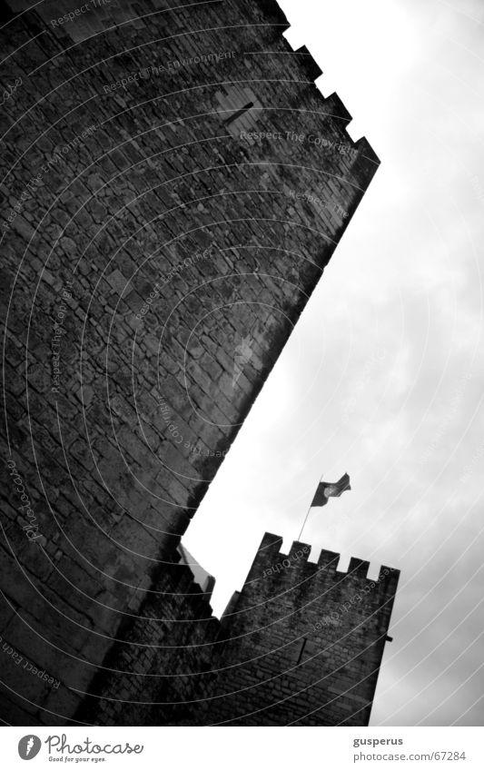 Altertu[r]m Architektur Sicherheit Turm Fahne Burg oder Schloss historisch aufwärts Bildausschnitt Anschnitt Defensive Mittelalter Gemäuer himmelwärts Zinnen