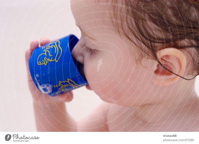 Baby Drink Bad Mädchen süß Zufriedenheit Innenaufnahme Schwimmen & Baden Wasser sweet water duck Ente Haare & Frisuren hair Durst Freiheit