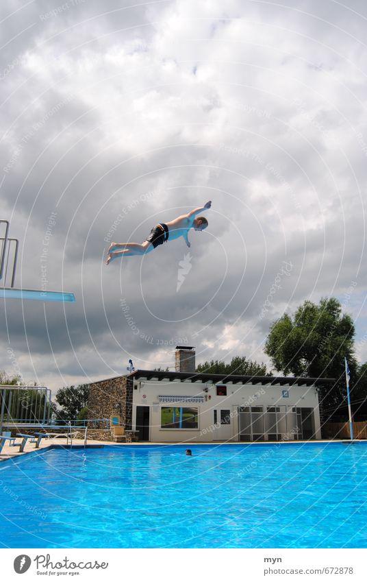 Freibad I Schwimmen & Baden Sommer Wassersport Schwimmbad maskulin Junger Mann Jugendliche Erwachsene 1 Mensch 18-30 Jahre springen Dreier Sprungbrett fliegen