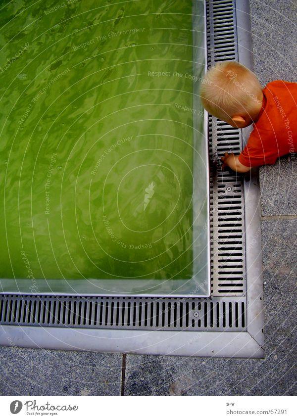 Kind und Wasser Prager Strasse Dresden Brunnen Spielen grun DDR