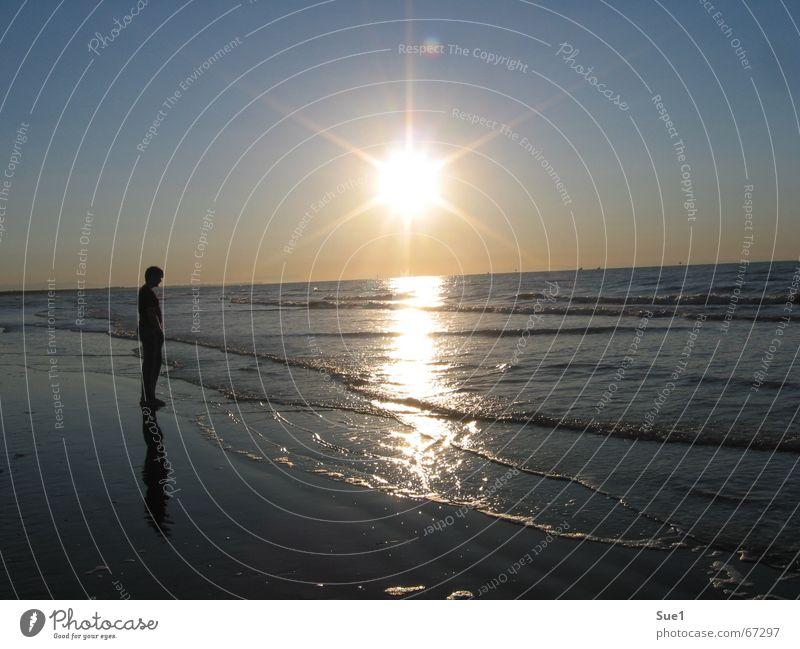 unendliche Weiten Mensch Himmel Sonne Meer blau Strand ruhig schwarz gelb Erholung Freiheit Denken Sand Stimmung orange Wellen