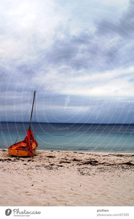 Segelstrand.... Meer Wasserfahrzeug Segelboot Strand Wolken Einsamkeit Himmel schiffbrüchig sea blau Sand