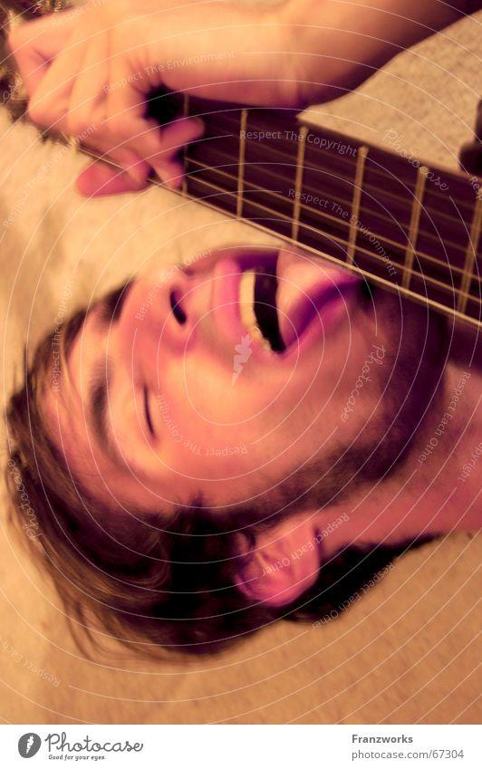 1/3 Mensch 1/3 Tier 1/3 Bier Mann Freude Musik Konzert Gitarre Typ Versuch Zunge lutschen Rock `n` Roll durchdrehen