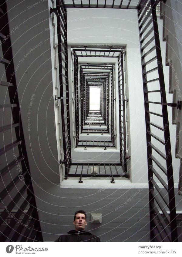 Hö?! Treppenhaus Haus eckig Spirale Rechteck Flur leer steigen Steigung Treppengeländer Halt Halterung Unendlichkeit Mitte zentral Symmetrie Niveau Mensch