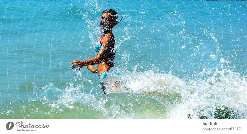 rein daaa... Mensch blau Ferien & Urlaub & Reisen Meer Sommer Strand Freude kalt Stimmung Wellen nass Lebensfreude Bikini werfen spritzen Entsetzen