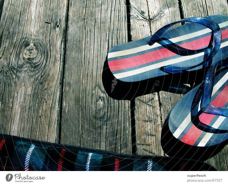 Flip und Flop Sommer Ferien & Urlaub & Reisen Holz See Schwimmen & Baden Steg Decke Flipflops Schiffsplanken faulenzen