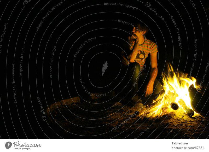 kopfstütze & feuerhitze Mann dunkel Denken Wärme Brand sitzen Physik heiß Camping brennen Gedanke Flamme glühen Feuerstelle Glut Pfadfinder