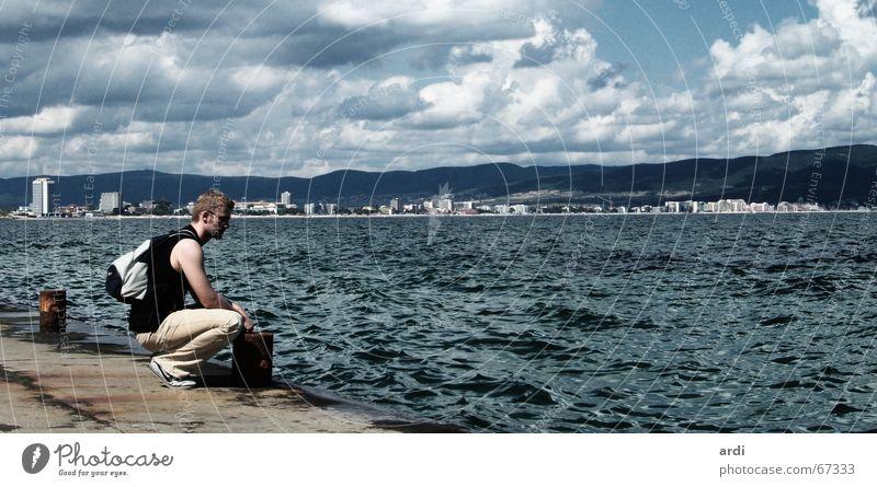 Touri am Meer Mensch Mann Wasser Himmel Sonne Sommer Ferien & Urlaub & Reisen ruhig Wolken Einsamkeit dunkel Berge u. Gebirge Freiheit Glück See