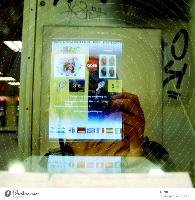 Wo ist das Ich Wand Lampe sitzen dreckig Telefon leuchten Spiegel Bildschirm Geruch Justizvollzugsanstalt Selbstportrait Telefongespräch Urin Gefängniszelle