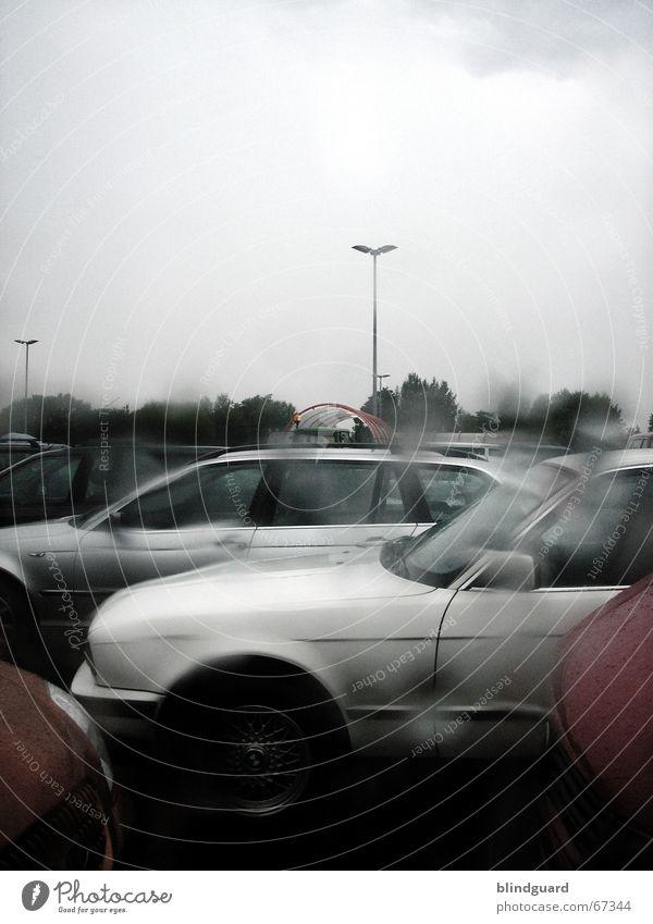 Wet-Look nass Parkplatz Unwetter Unschärfe dunkel Regen Durchblick PKW Fensterscheibe Wassertropfen Gewitter rain raindrops blur car cars warten