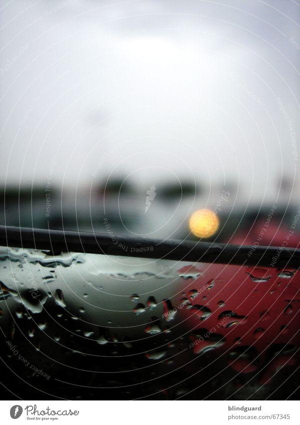 Raindrops are fallin' dunkel PKW Regen warten Wassertropfen nass frisch Gewitter Unwetter Parkplatz Fensterscheibe Durchblick Kühlung
