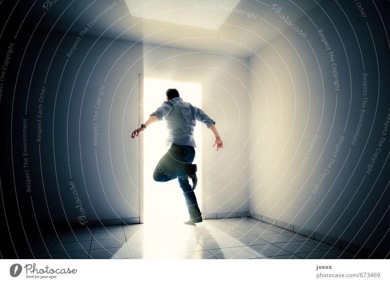 Mann springt beherzt ins Licht maskulin Erwachsene Körper 1 Mensch Mauer Wand rennen laufen springen hell positiv schwarz weiß Stimmung Optimismus Mut Tatkraft
