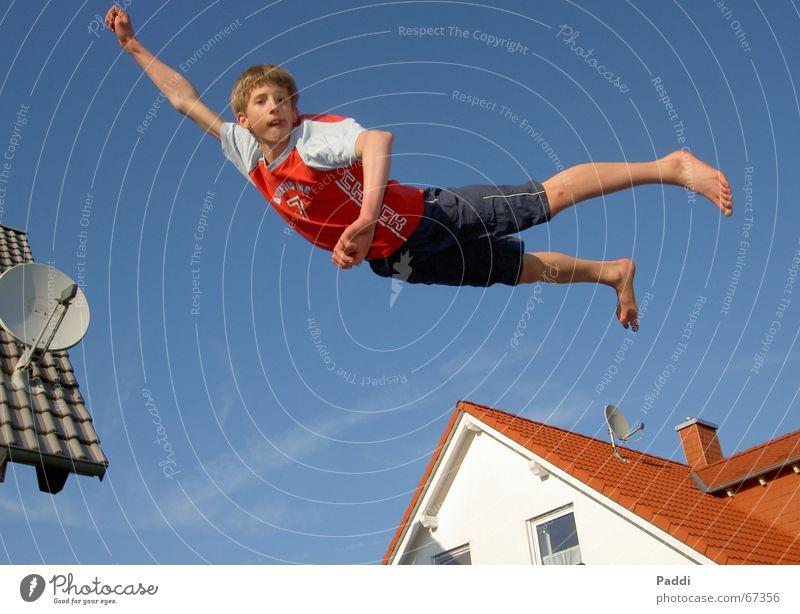 Über den Wolken Trampolin Schweben Dach fliegen Himmel axel tarzan