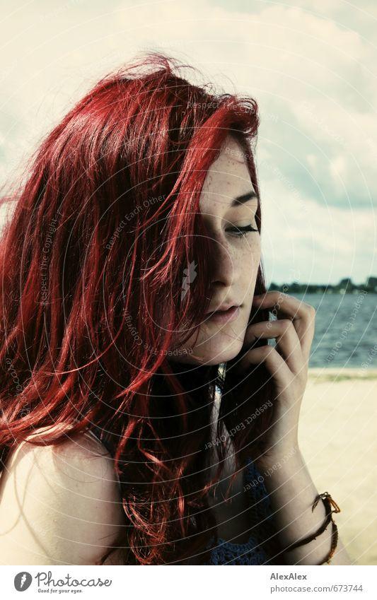 Strandmädchen Natur Jugendliche Ferien & Urlaub & Reisen schön Hand rot Junge Frau 18-30 Jahre Gesicht Erwachsene Gefühle Haare & Frisuren natürlich träumen