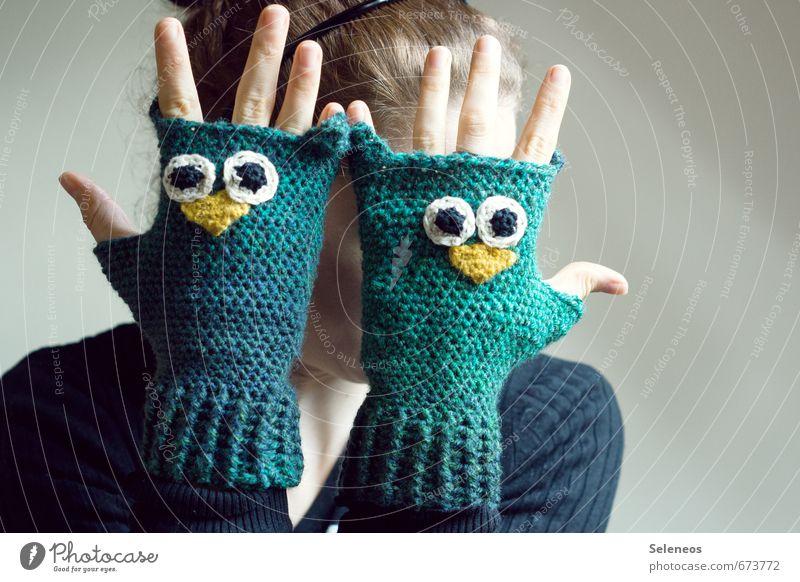 warme Hände für bauzaun :) Mensch feminin Arme Hand Finger 1 Mode Bekleidung Accessoire Handschuhe Tier Eulenvögel frieren Wärme gehäkelt Farbfoto Innenaufnahme