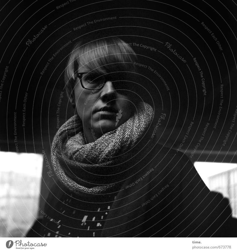 STUDIO TOUR | . Mensch ruhig feminin blond authentisch beobachten Brille Gelassenheit Wachsamkeit Vorsicht ernst Schal geduldig kurzhaarig standhaft