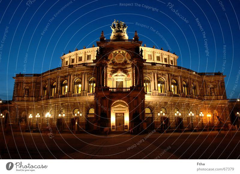 Es ist an der Zeit, .... Oper Opernhaus Bauwerk Denkmal Begeisterung Coolness Dresden Sachsen Renaissance wagner Semper Farbfoto mehrfarbig Abend Dämmerung