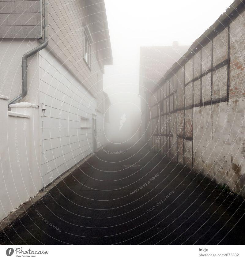 spooky neighbourhood Lifestyle Häusliches Leben Haus Luft schlechtes Wetter Nebel Dorf Kleinstadt Stadtrand Menschenleer Einfamilienhaus Gebäude Wohngebiet