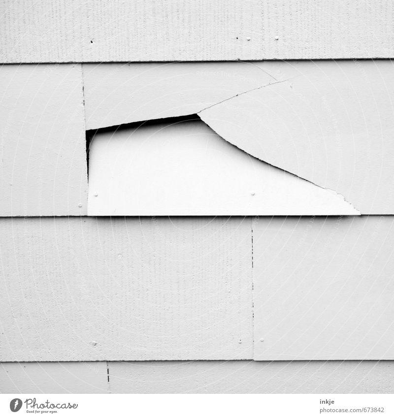 Jeder Wurf ein Treffer! weiß schwarz Wand Gefühle Mauer grau Linie Arbeit & Erwerbstätigkeit Fassade kaputt Vergänglichkeit Wandel & Veränderung Baustelle Verfall Riss Handwerk