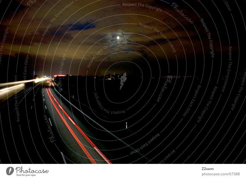 autobahnuntergang Autobahn Langzeitbelichtung Wolken untergehen Streifen Himmel Mond PKW Straße sky