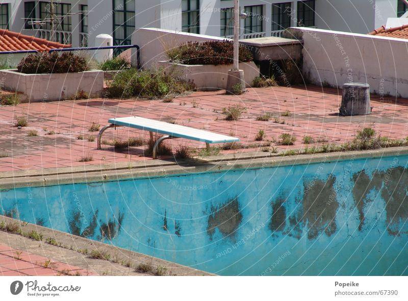Sprungbrett ins Trockene alt Ferien & Urlaub & Reisen Wärme Wellness Schwimmbad Dach Physik Hotel verfallen türkis trocken Holzbrett Schönes Wetter Erfrischung