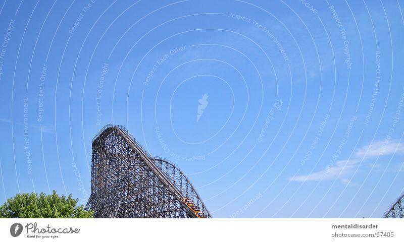 bergauf Freude Erholung Spielen Park Kindheit Wind Kraft Angst hoch groß Geschwindigkeit fahren Gleise drehen Schleife Rolle