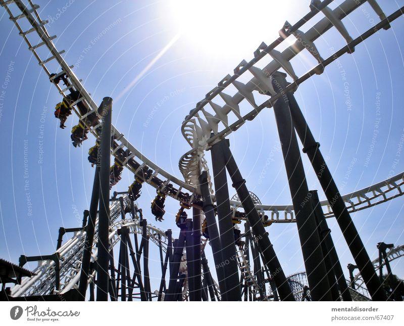 action & ... Freude Erholung Spielen Park Kindheit Wind Kraft Angst hoch groß Geschwindigkeit fahren Gleise drehen Schleife Rolle