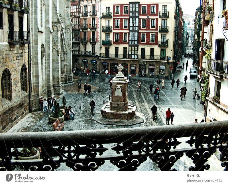 Plaza in Bilbo Bilbao Spanien Platz Mensch Denkmal Balkon Gebäude Haus ungemütlich Aussicht Bank mehrfarbig Fenster Gasse Hochhaus Schnörkel Fußgänger