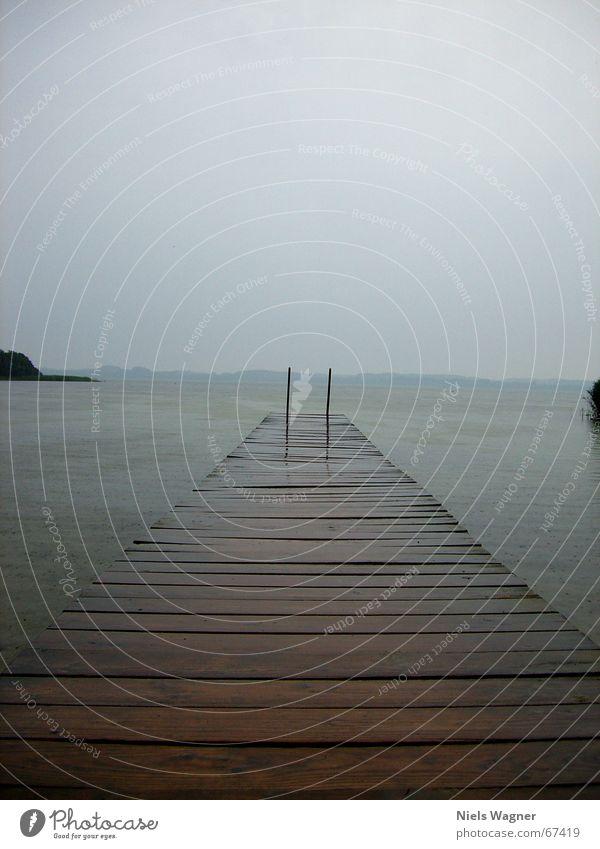 endloser Steg See Holz schlechtes Wetter ruhig Wasser Regen Leiter Himmel Wolken